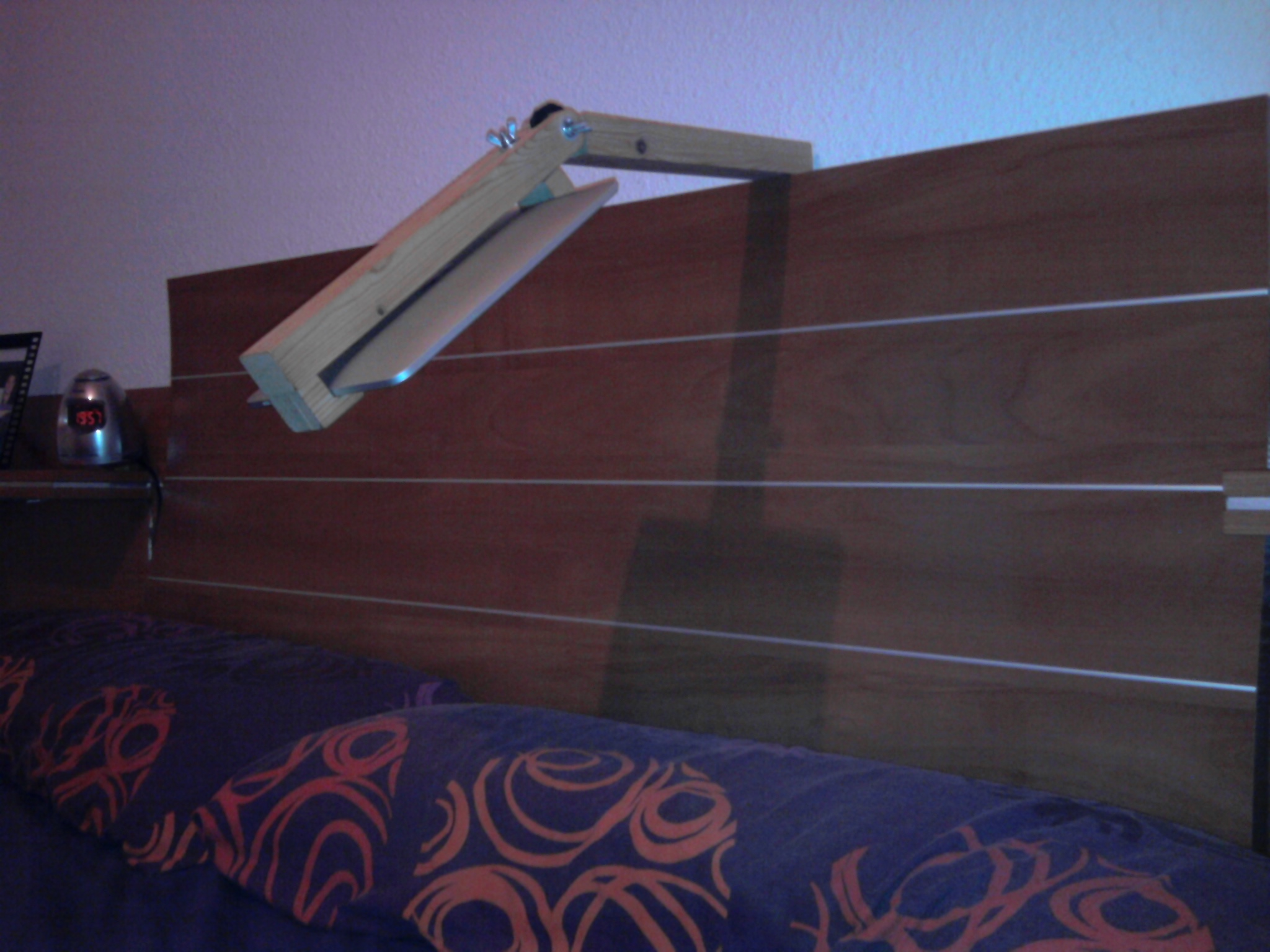 Picture of Support for the Head of the Bed to Put Ipad