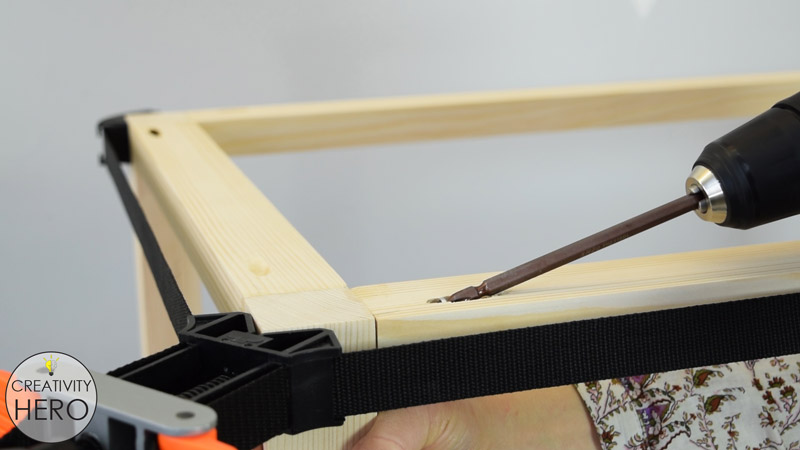 Picture of Assembling the Frame and the Legs.