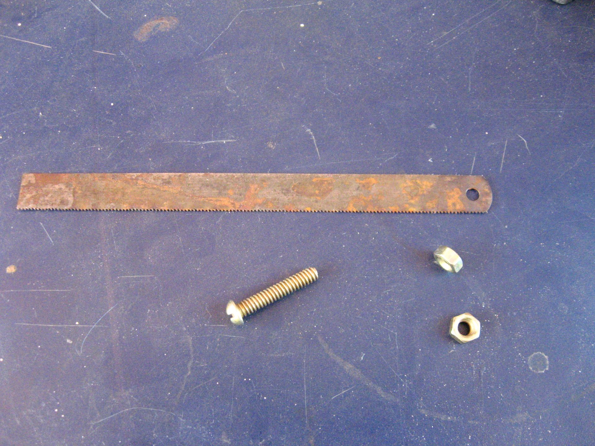 Picture of 3 Mm Dia Screw As Handle for the Blade