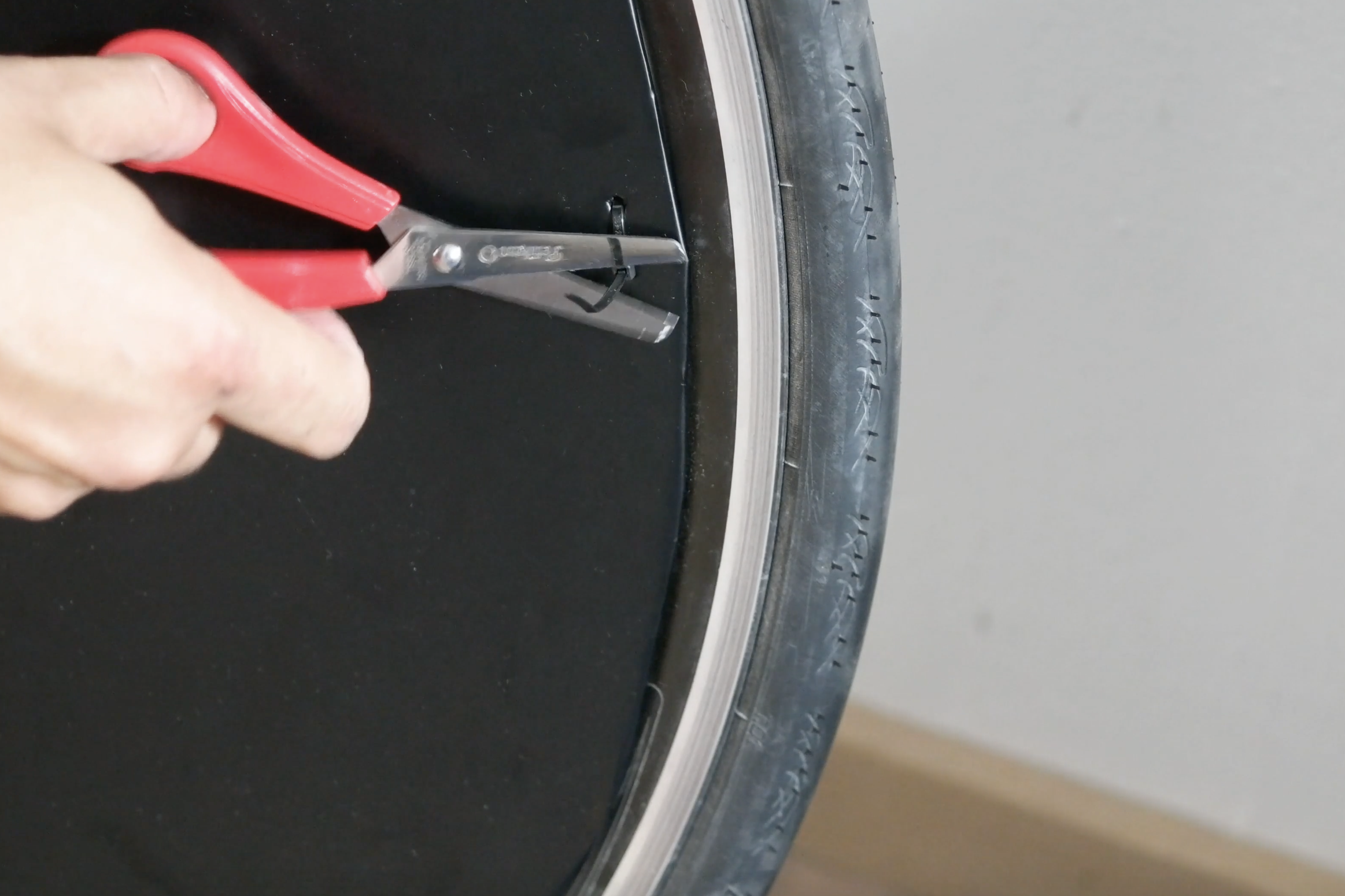 Picture of Mount the Disc Cover on the Wheel