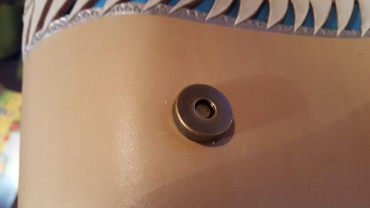 Install the Lower Part of the Magnetic Clasp/Installieren Sie Den Unteren Teil Des Magnetverschlusses