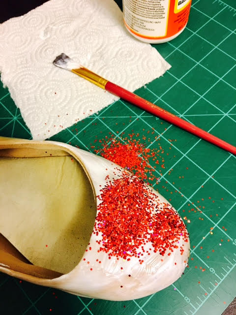 Picture of APPLYING THE MODPODGE AND GLITTER