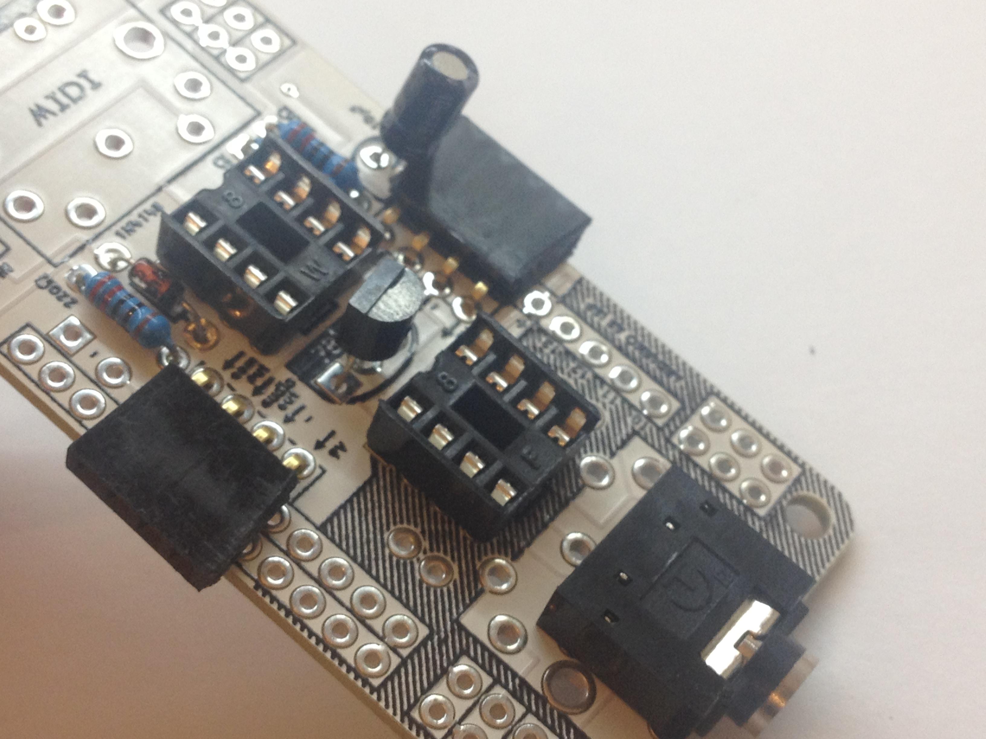 Picture of Voltage Regulator + Capacitor