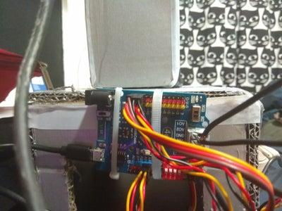 Vuitè Pas: Unir Els Cables I Posar-los a La Placa Arduino