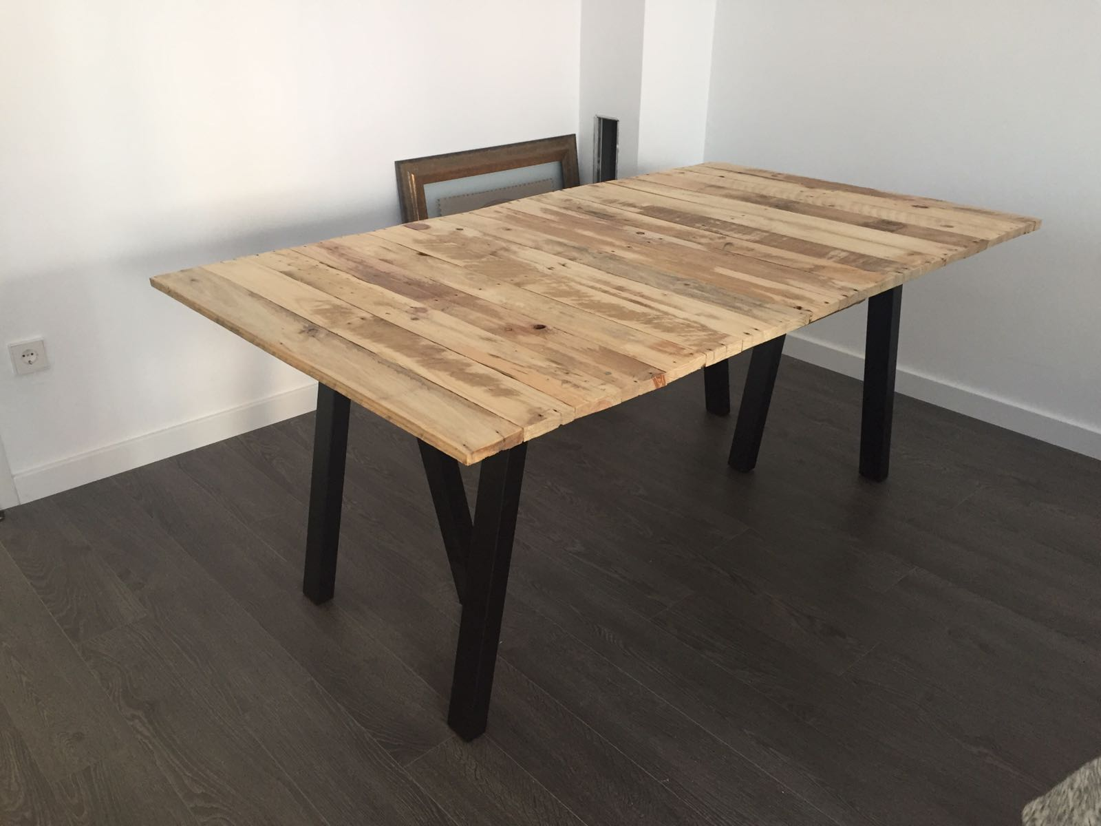 Picture of Pallet Dinner Table Less Than 70€ ( Round 77$)