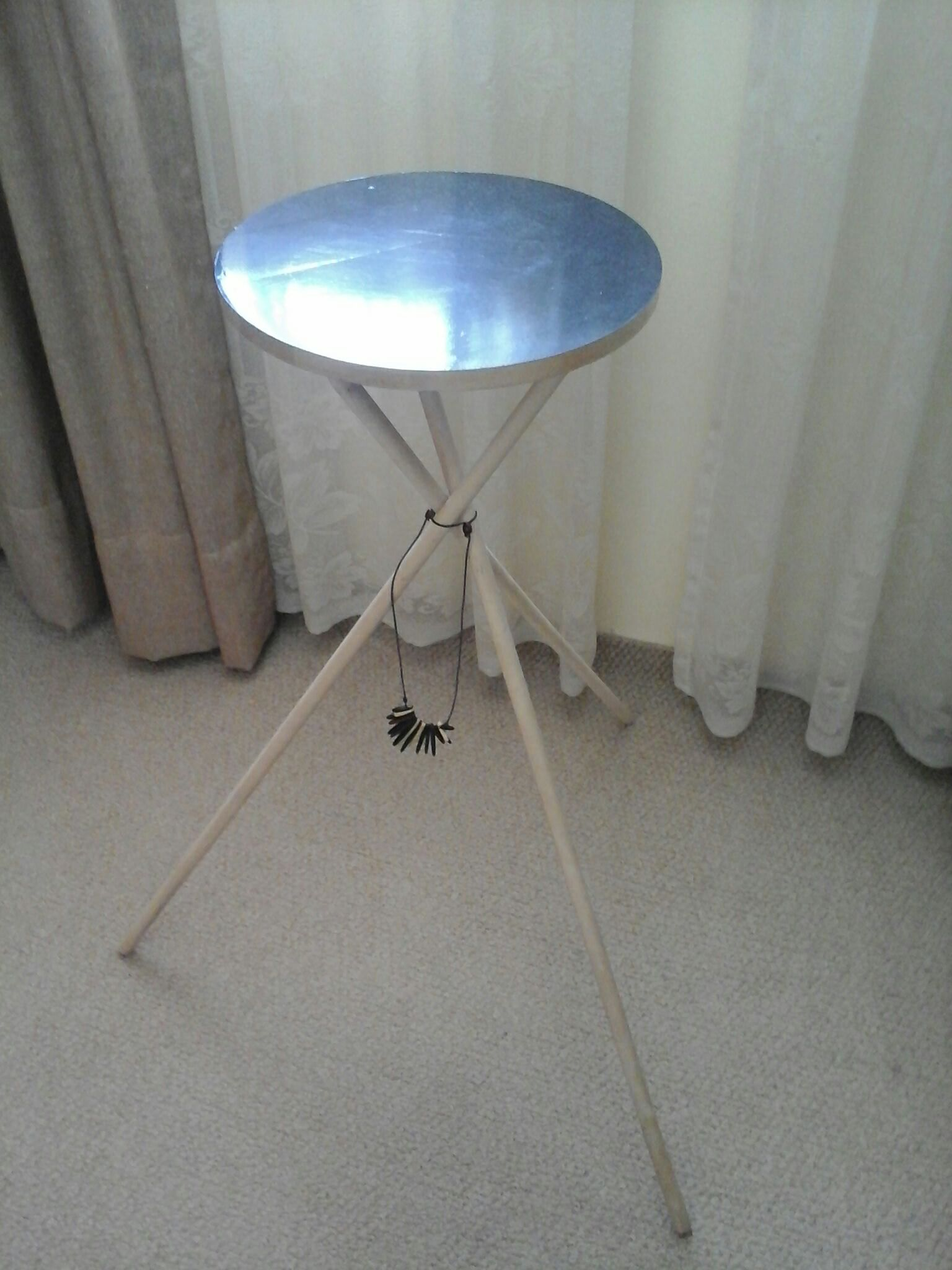 Picture of Mesa Para Las Cosas Diarias, Small Table for Daily Things