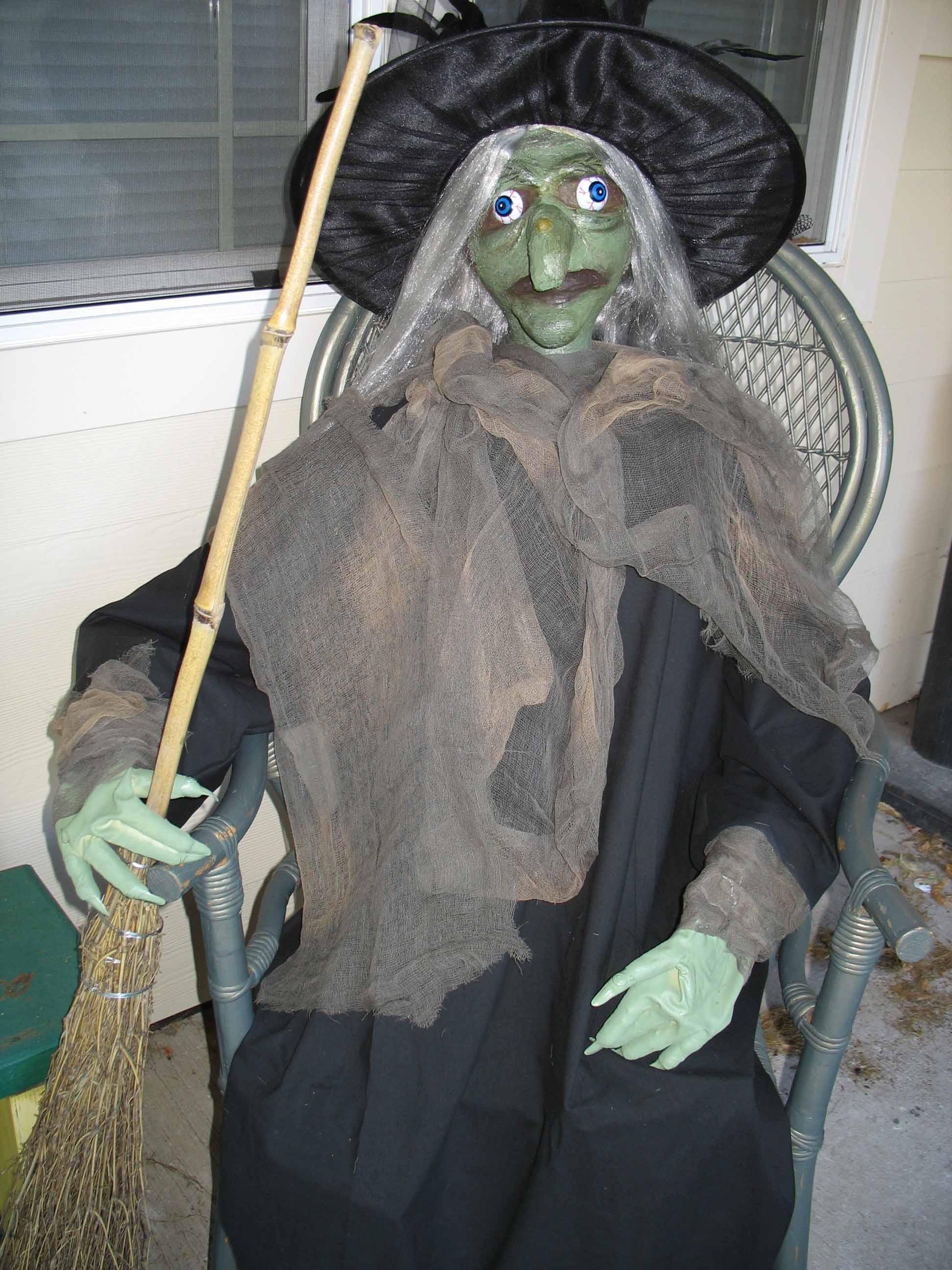 Halloween Porch Witch: 8 Steps