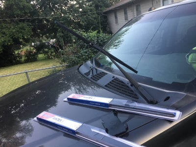 Windshield & Hand-driven Wiper