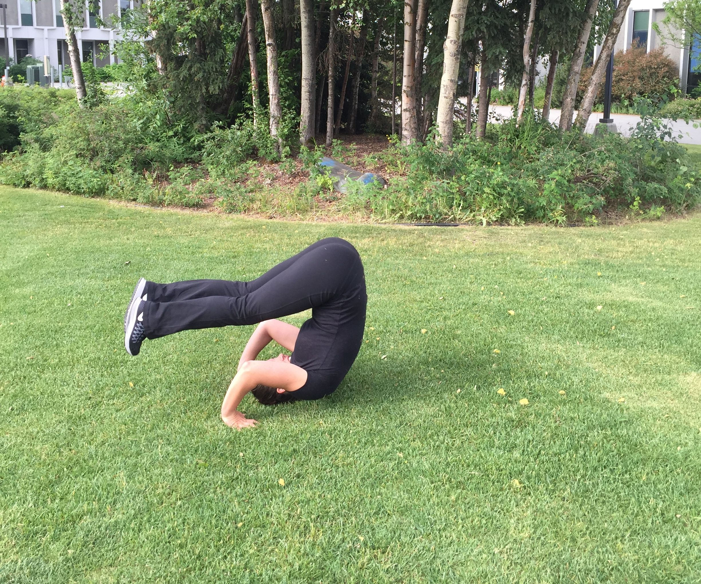 We begin to play sports: how to do a somersault back