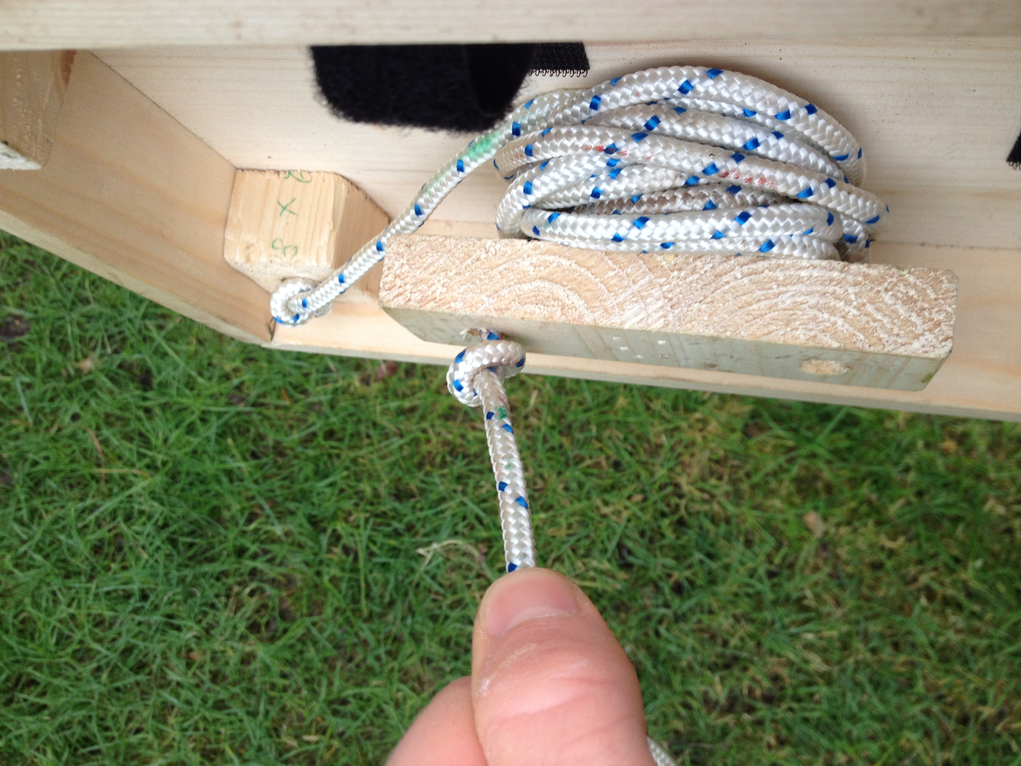Picture of Bandaging and Knotsing of the Rope