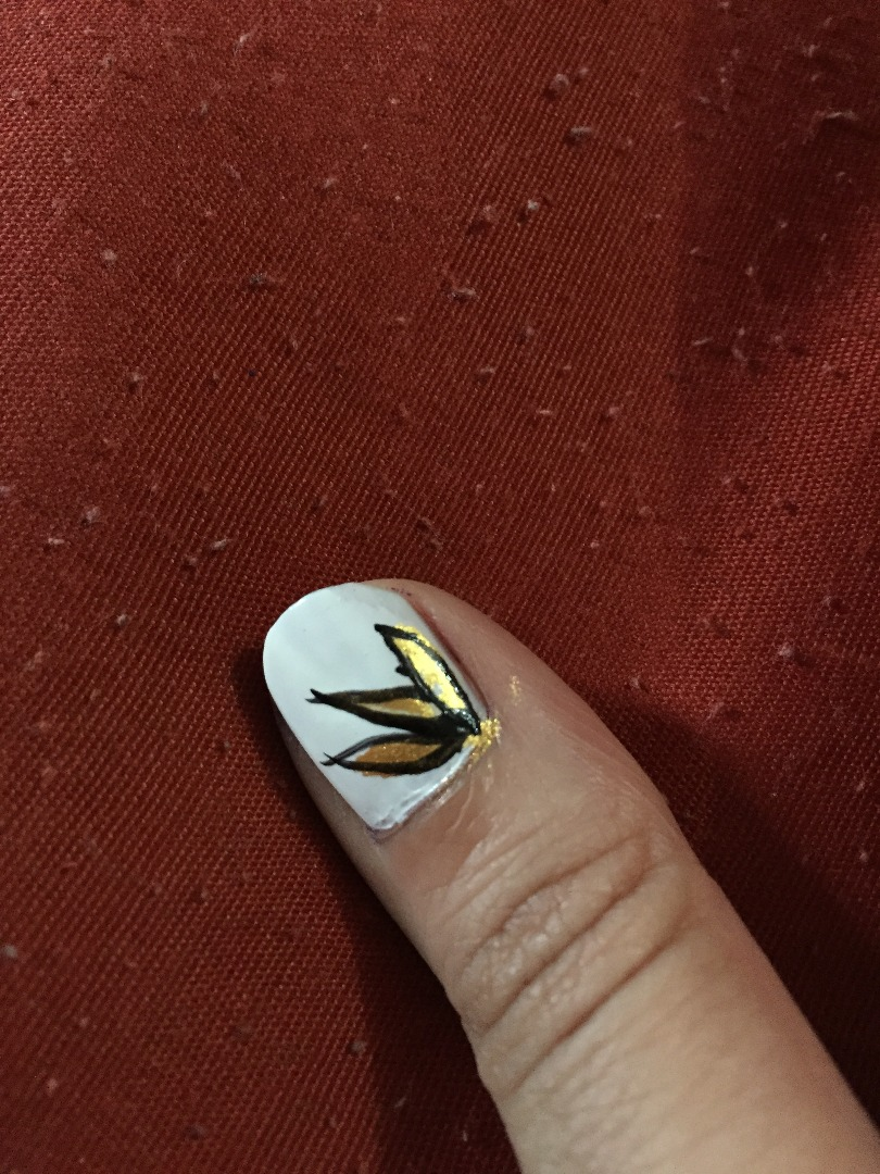 Picture of Gold Flower Nail Art
