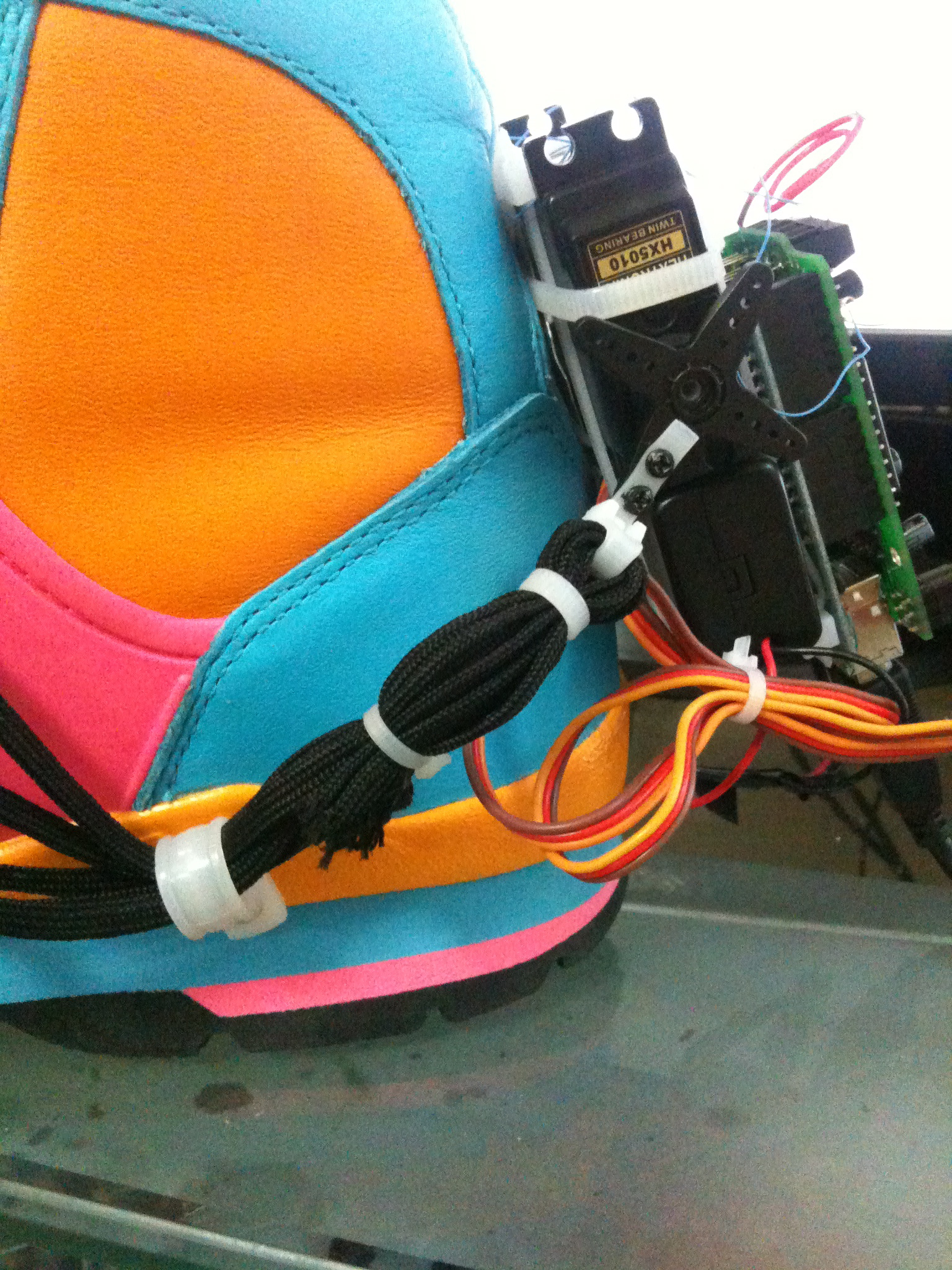 Picture of Connect the Laces to the Servos