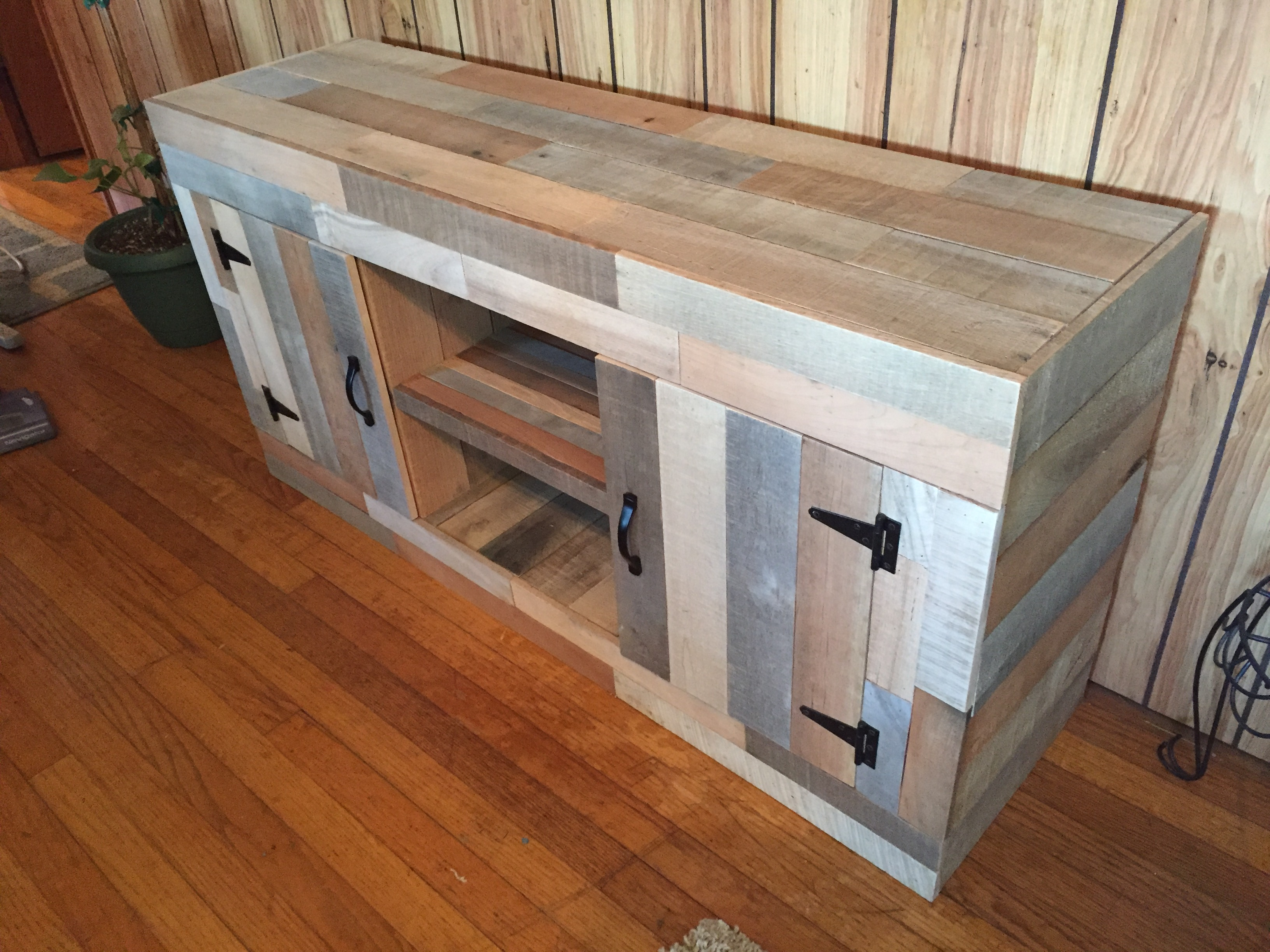 Picture of Reclaimed Pallet Fish Tank Stand
