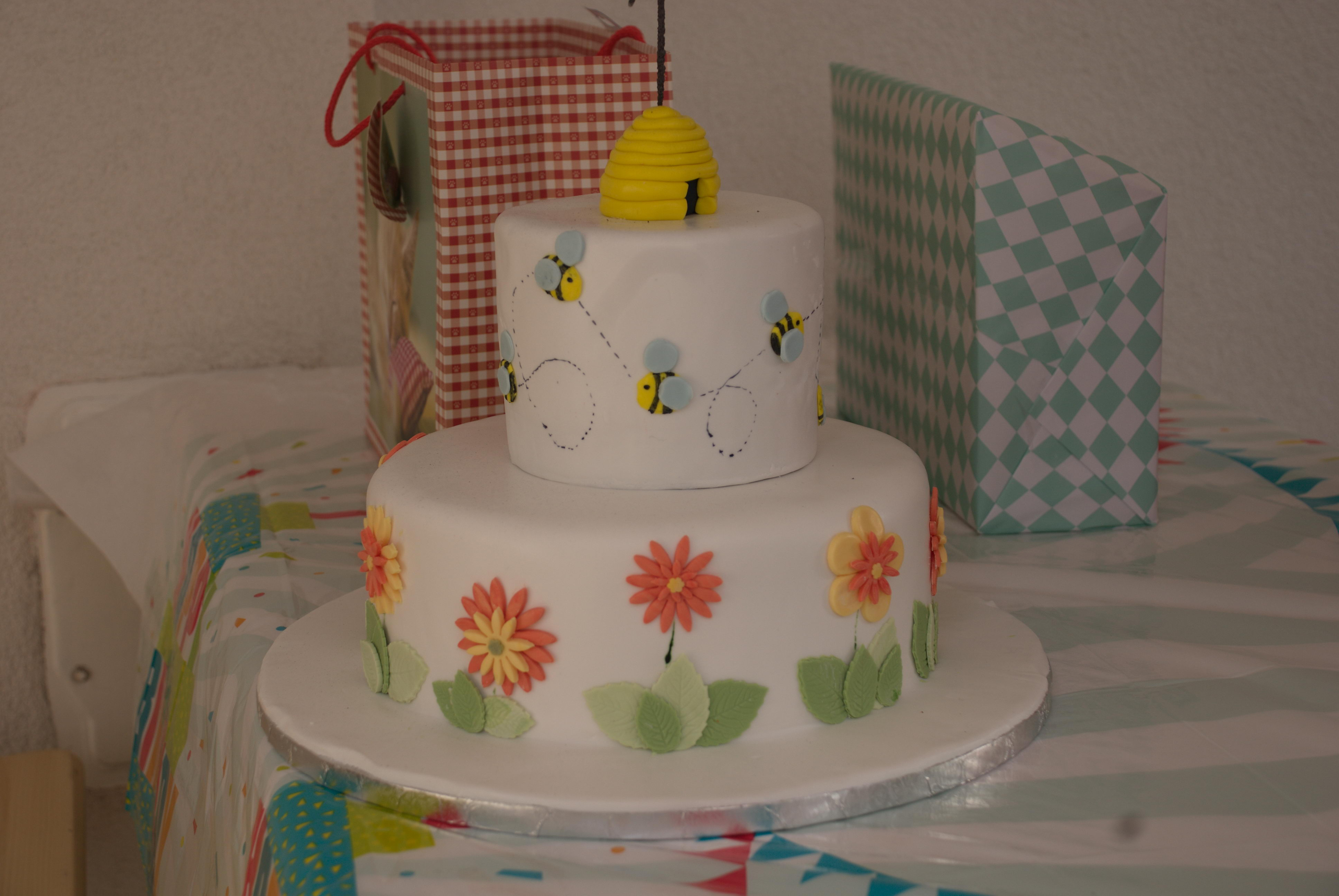 Picture of Fondant Bee Cake