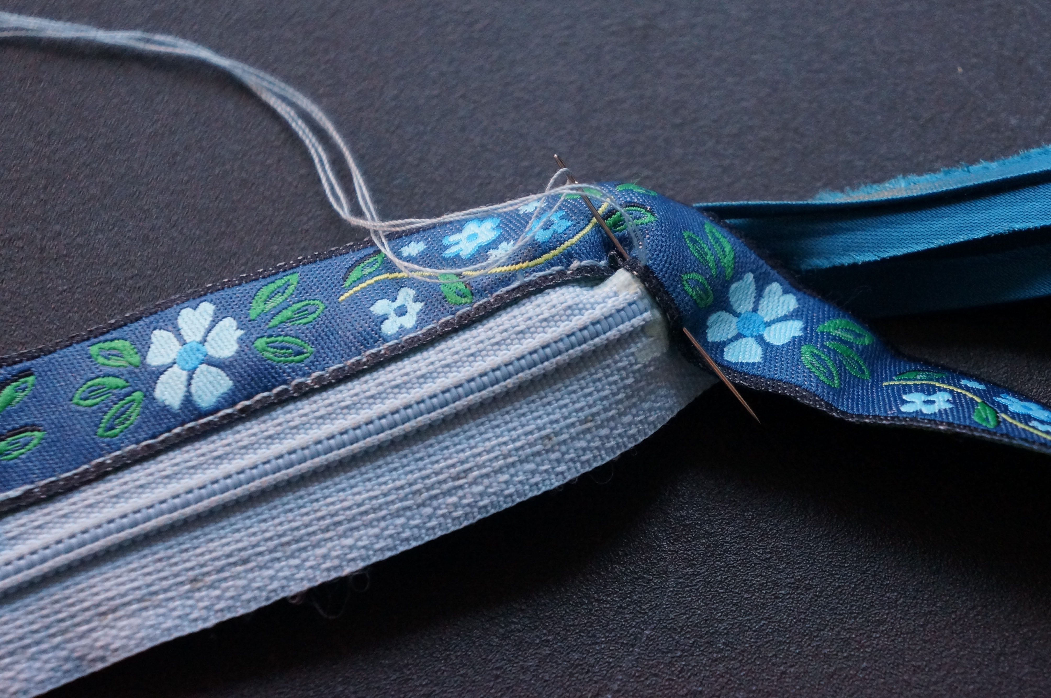 Picture of Curve the Ribbon Around the Zipper Base
