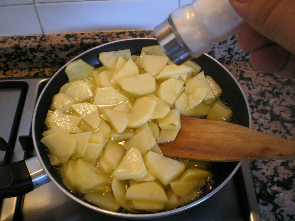 Picture of Frying Potatoes and Onion / Fre�r Las Patatas Y La Cebolla
