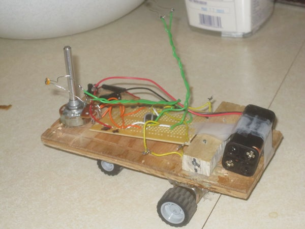 Simple Light Seeking Robot With 555 Timing IC