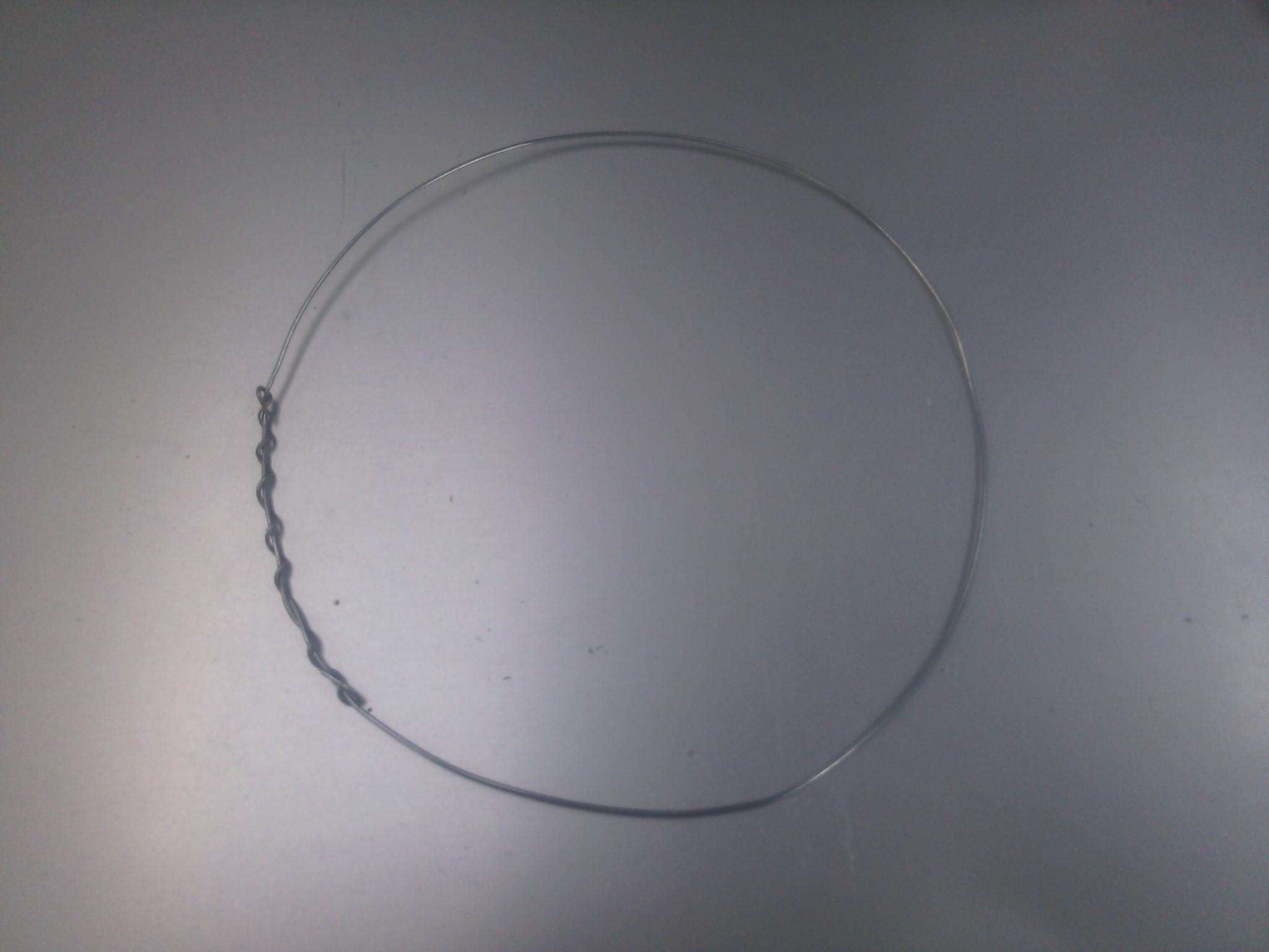 Picture of 手順2-2:針金を使ってモータと電池などを固定する支えを作る.