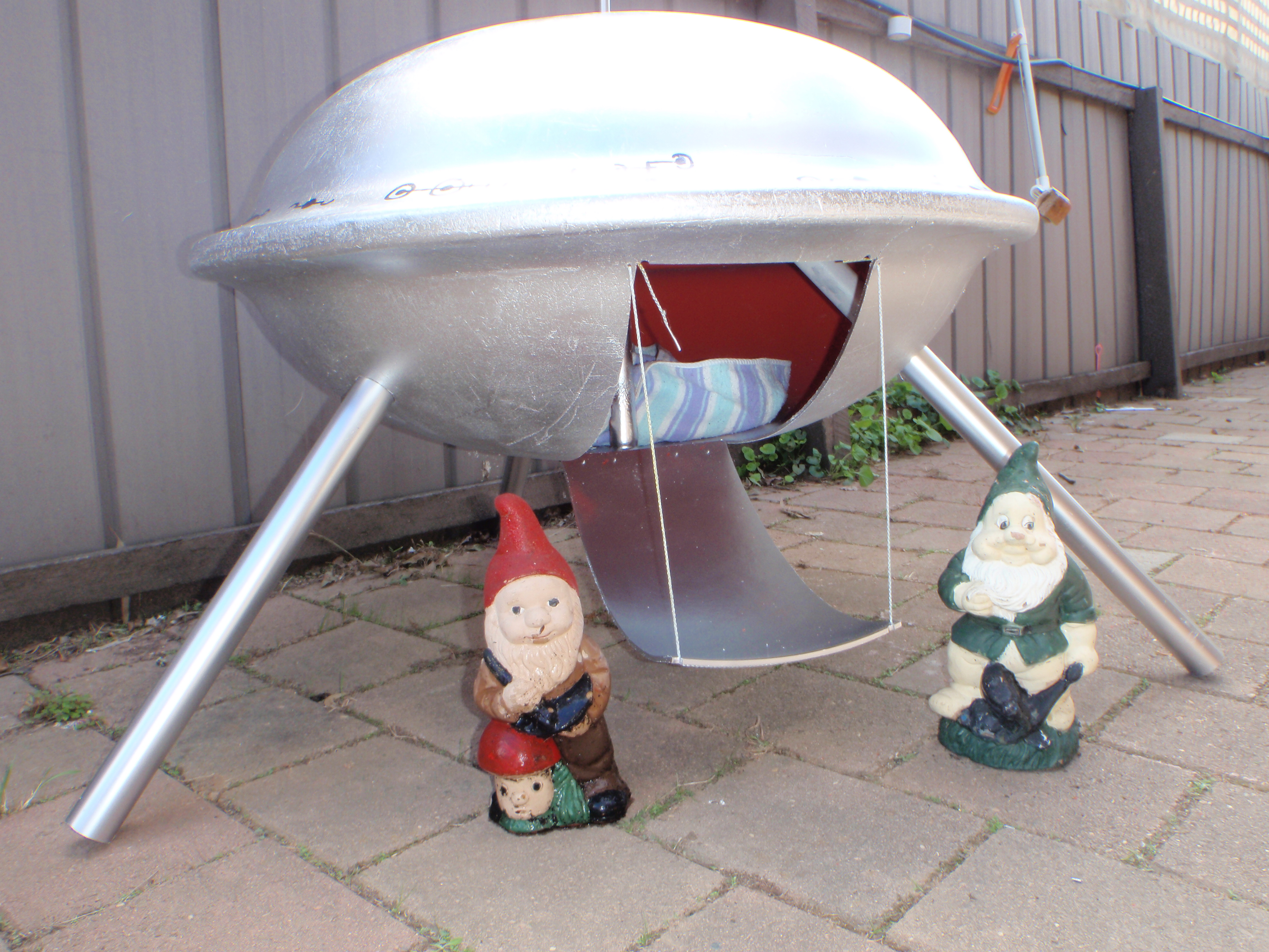 Picture of Flying Saucer Pet House