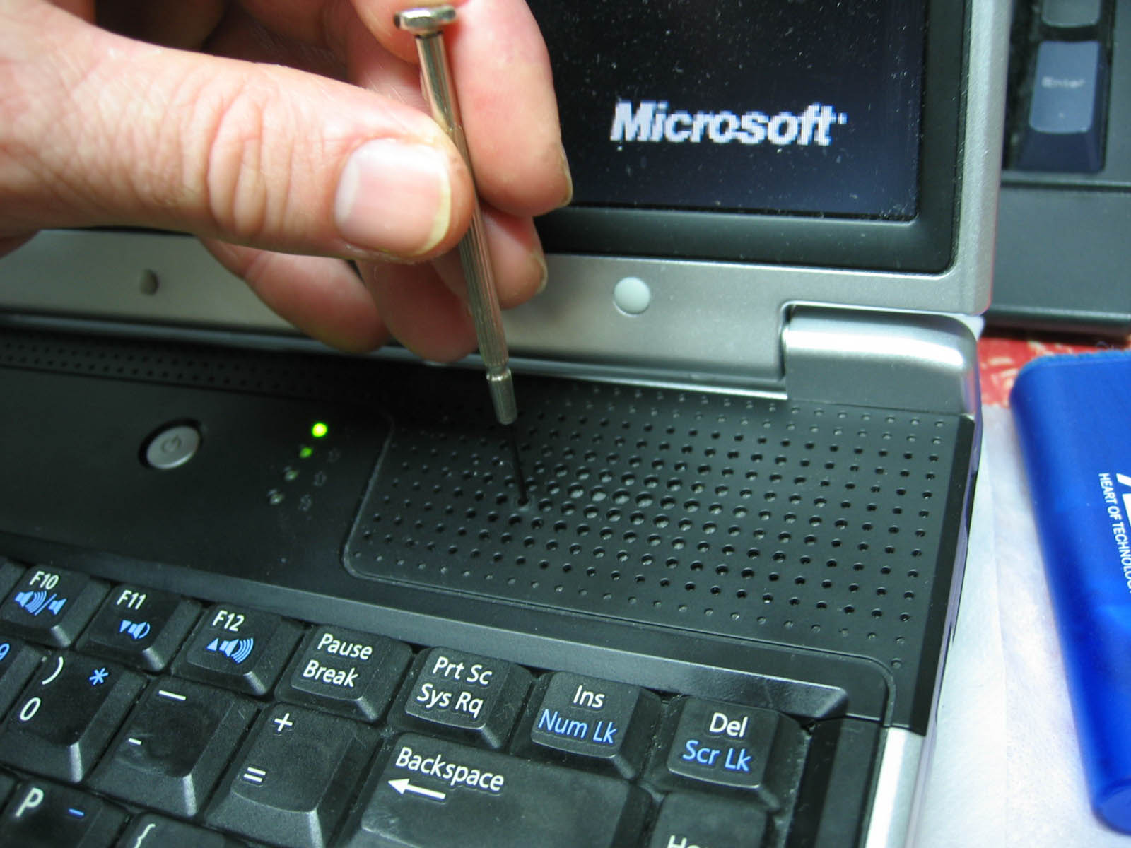 Picture of Installing Memory Into a Asus A2000D Notebook