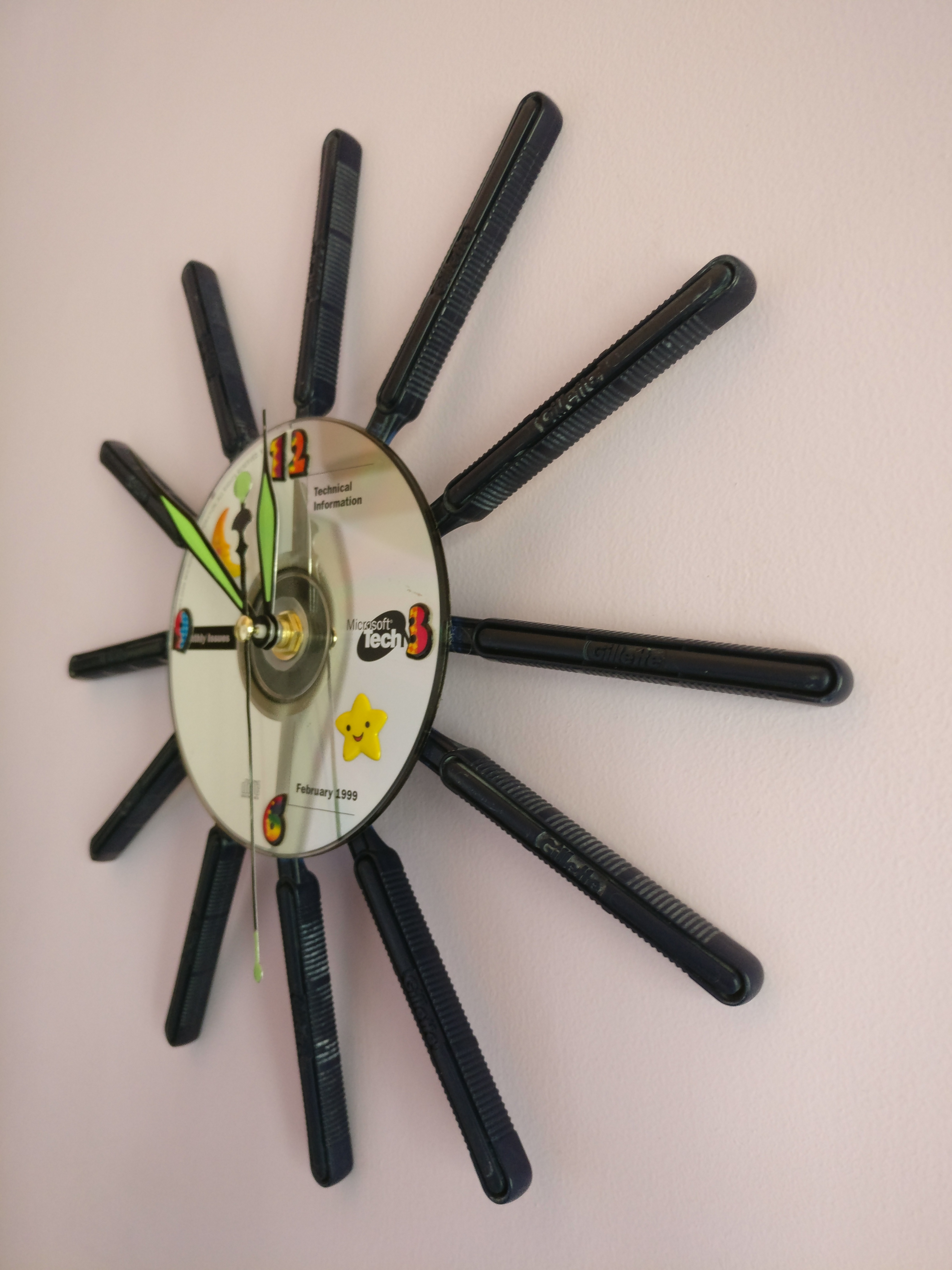 Picture of Recycled Razor Blades Clock