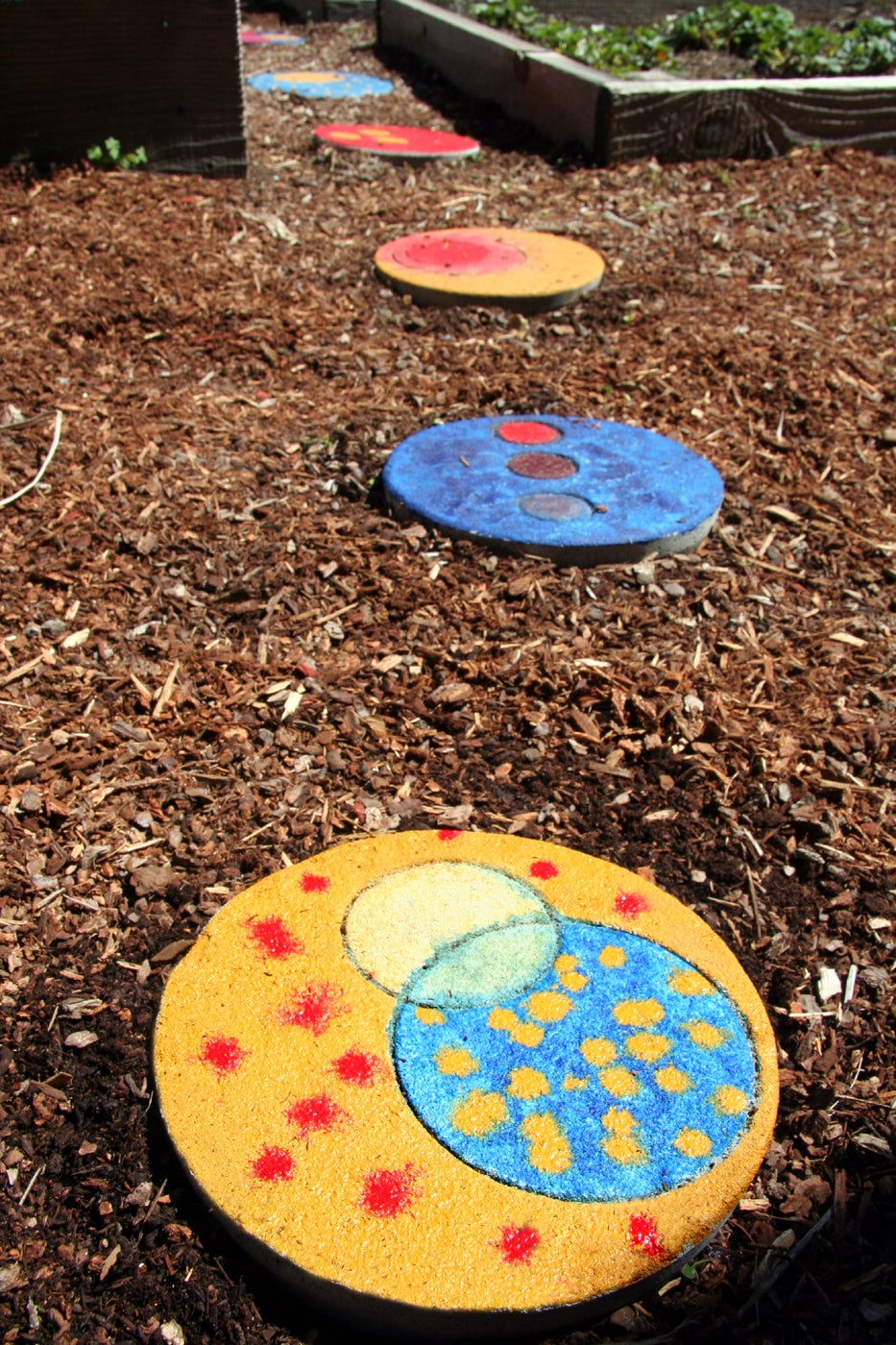 Colorful Garden Stepping Stones: 5 Steps (with Pictures)