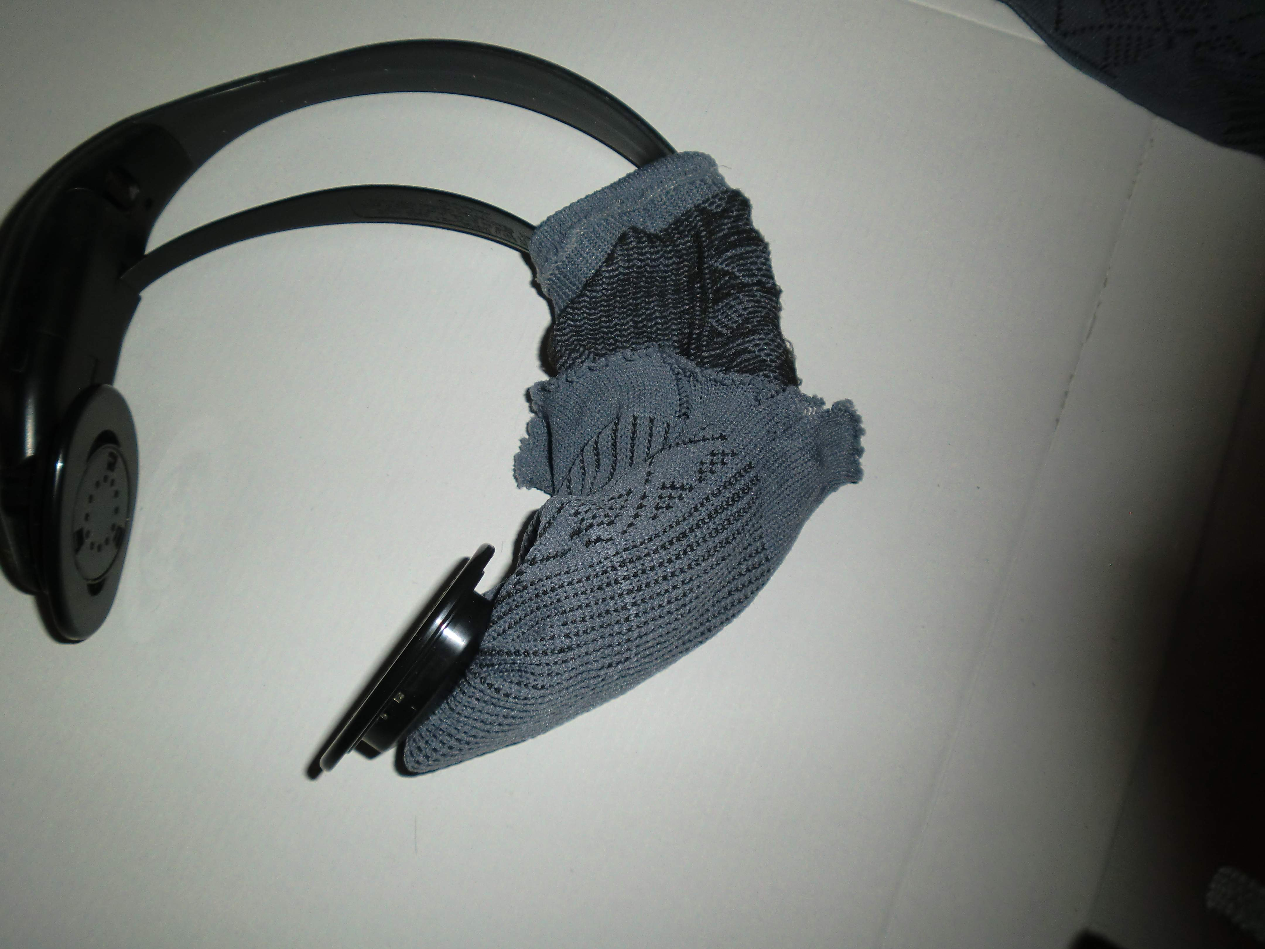 Picture of Setting Rubber Band and Inserting Headphones / Poniendo La Goma E Insertandolo En Los Auriculares