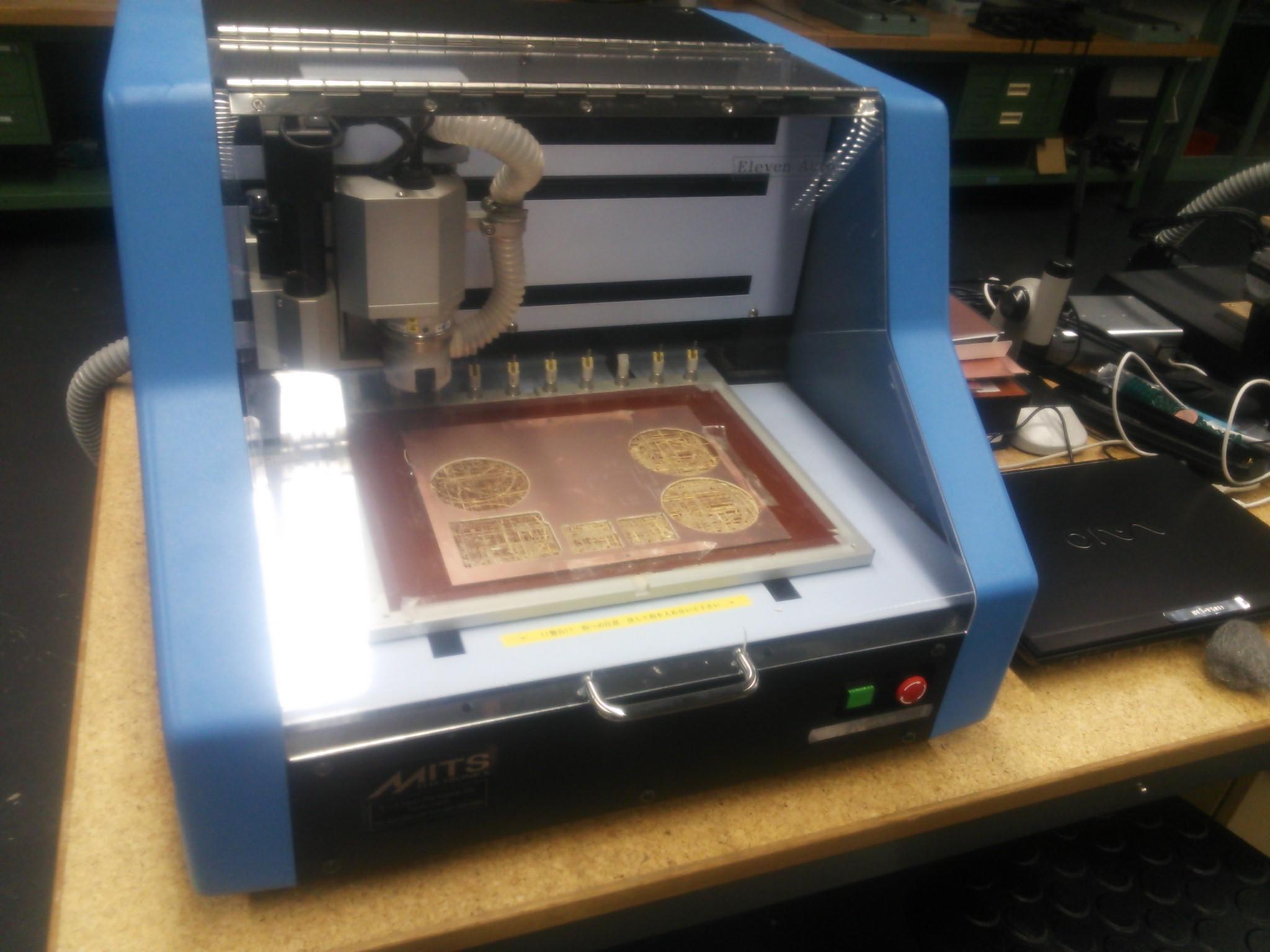Picture of 手順1-2:基板加工機を使用してArduinoMiniのシールドを作成する.