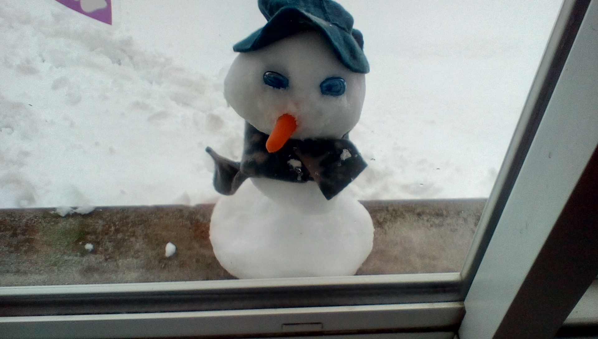 Picture of Mini Snowman in the Window
