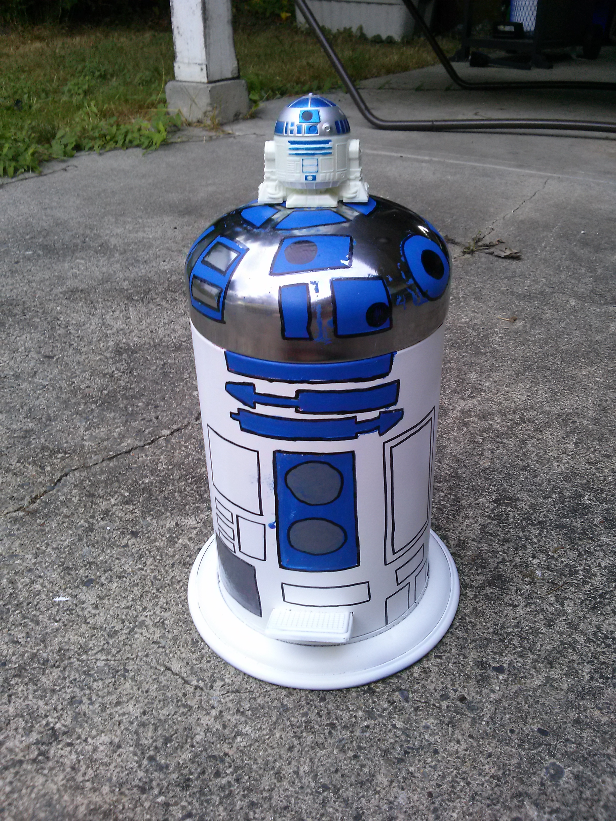 Picture of R2D2 Garbage Can