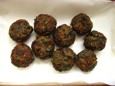 Keerai Vadai : Deep Fried Fritters Made With Green Amaranth Leaves