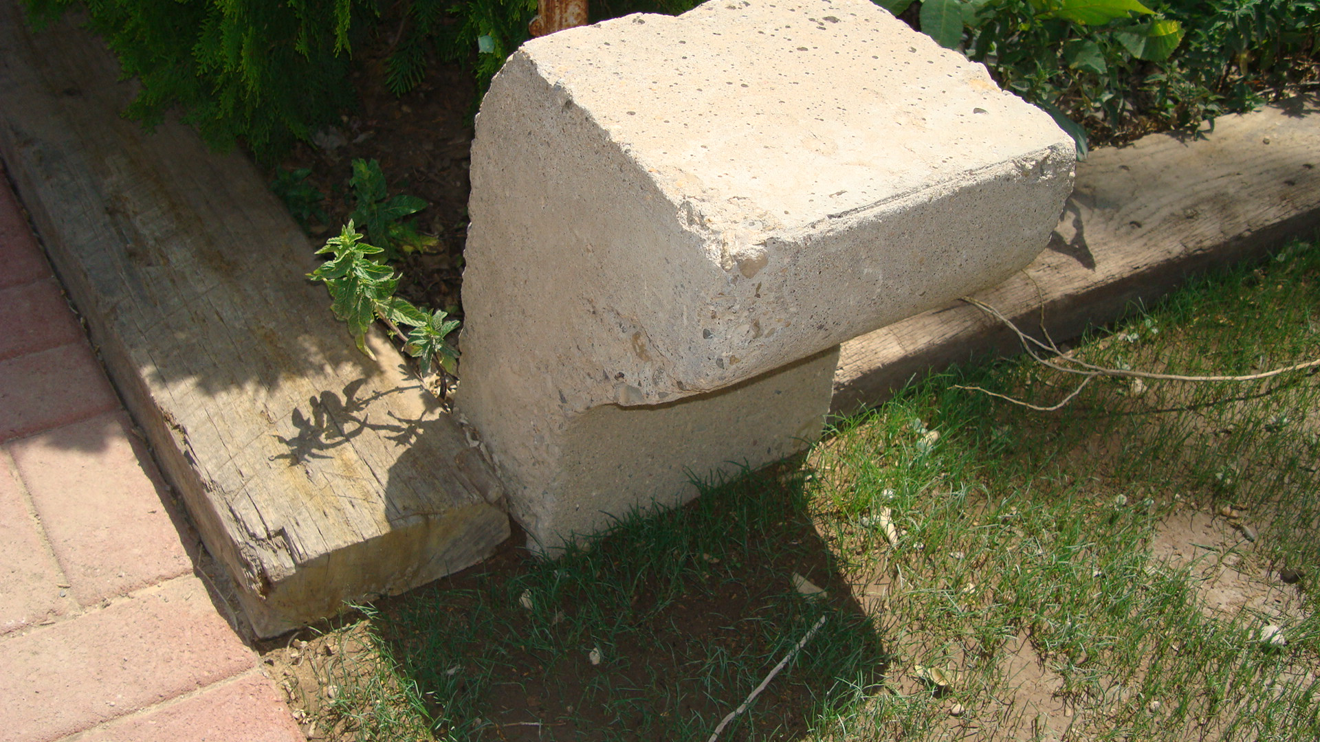 Picture of PERCHER FROM AN OLD PIECE OF CONCRETE CULVERT