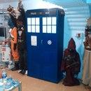 Transformar una estantería en una TARDIS.